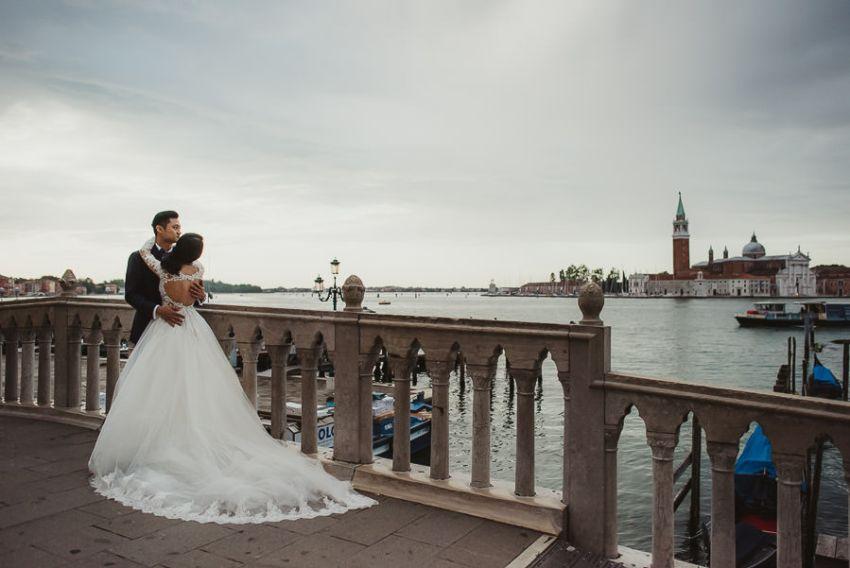 venice wedding photographer / sunrise pre wedding / bridal couple looking landscape