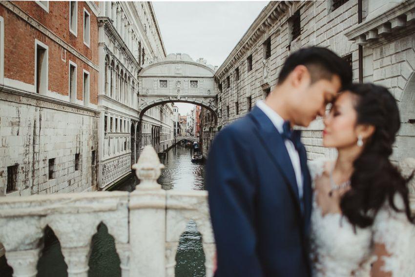 venice wedding photographer / sunrise pre wedding / bridal couple intimate portrait at Ponte dei Sospiri