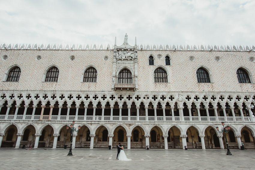 venice wedding photographer / sunrise pre wedding / intimate bride groom epic portrait in Venice