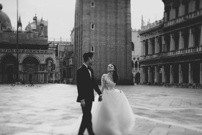 venice wedding photographer / sunrise pre wedding / bride + Groom walking in Piazza san Marco