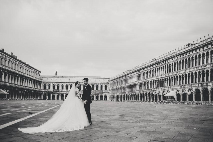 venice wedding photographer / sunrise pre wedding / bride + Groom creative portrait in Piazza san Marco