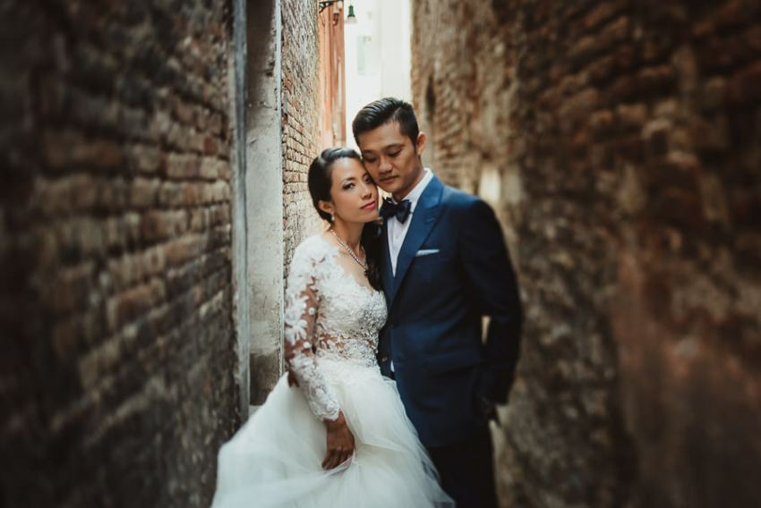 venice wedding photographer / sunrise pre wedding / bride groom portrait on venice alley