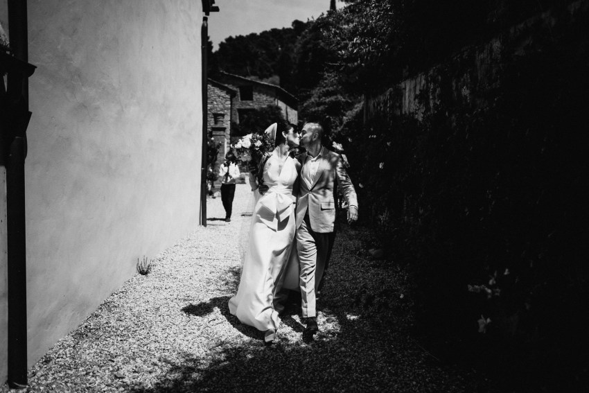 creative wedding photographer tuscany first kiss moody