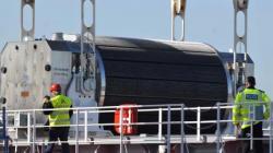 Un container transportant du combustible nucléaire MOX est chargé sur un bateau à Cherbourg (Manche), avant d'être envoyé au Japon, le 8 avril 2010.