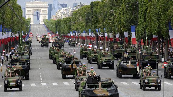 Défilé militaire traditionnel sur l'avenue des Champs-Elysées à Paris, le 14 juillet 2012.