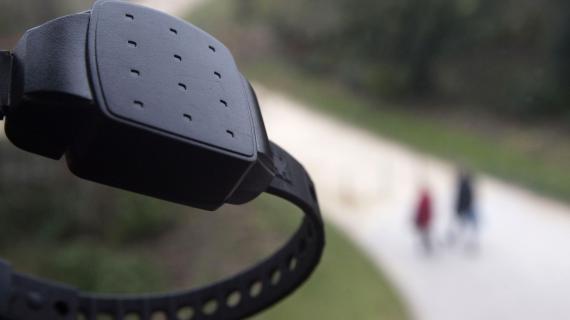 La chaîne de cafétérias italienne MyChef impose un bracelet électronique à ses employés travaillant sur les aires d'autoroutes.