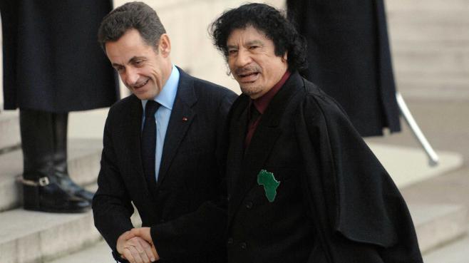 L'ancien président français Nicolas Sarkozy serre la main de Mouammar Kadhafi, le 12 décembre 2007 devant l'Elysée, à Paris.