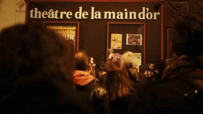 Un rassemblement devant le théâtre de la Main d'Or, à Paris, le 28 décembre 2013, pour soutenirDieudonné.