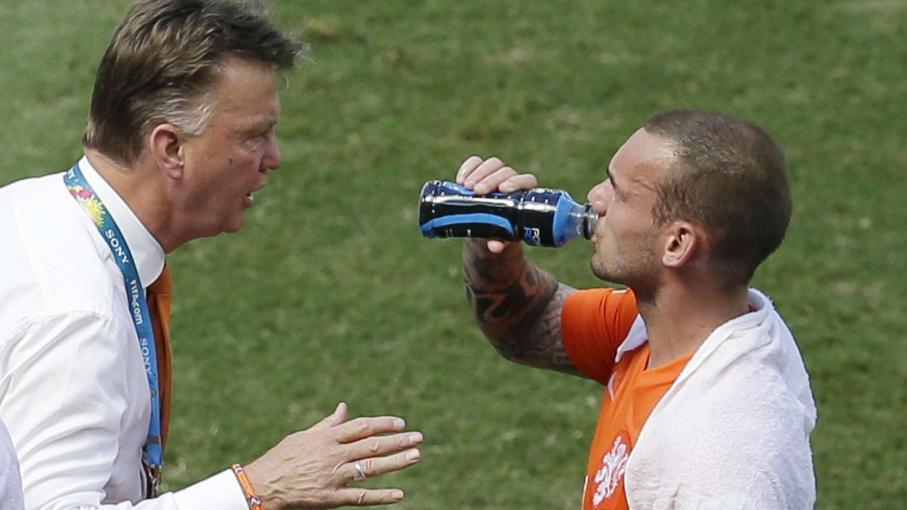 Le sélectionneur des Pays-Bas, Louis Van Gaal, donne des consignes tactiques à son joueur Wesley Sneijder, lors du match Pays-Bas-Mexique, le 29 juin 2014 à Fortaleza (Brésil).