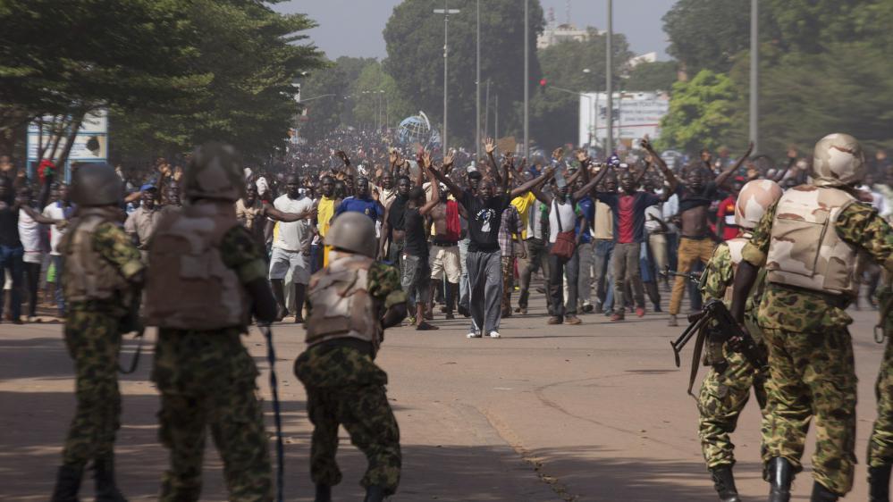 Des soldats tentent d'arrêter des manifestants, à Ouagadougou, au Burkina Faso, le 30 octobre 2014.