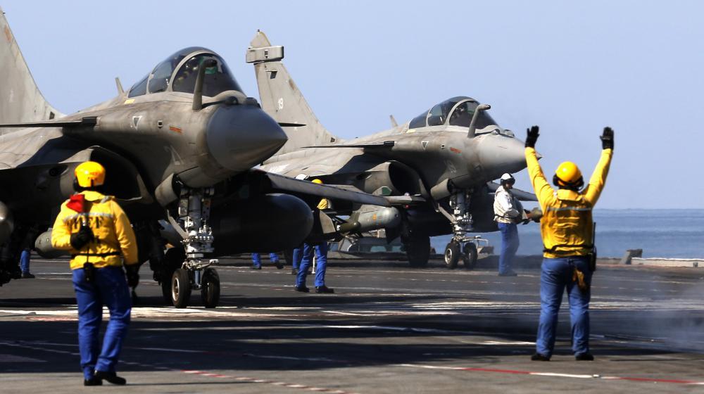 """Des Rafale se préparent à décoller du porte-avions français """"Charles-de-Gaulle"""", mercredi 25 février 2015, dans le golfe Persique."""