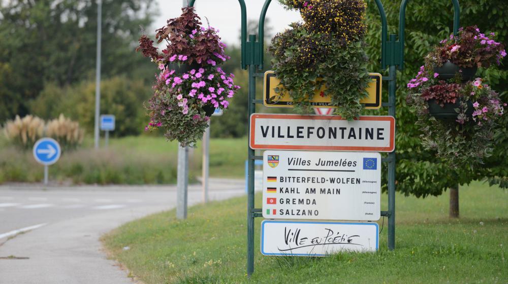 Le directeur d'une école primaire de Villefontaine (Isère), soupçonné de viols sur mineurs, a été placé en garde à vue, lundi 23 mars 2015.