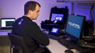 Un employé du centre européen de cybercriminalité de l'agence Europol, le 11 janvier 2013, à La Haye (Pays-Bas).