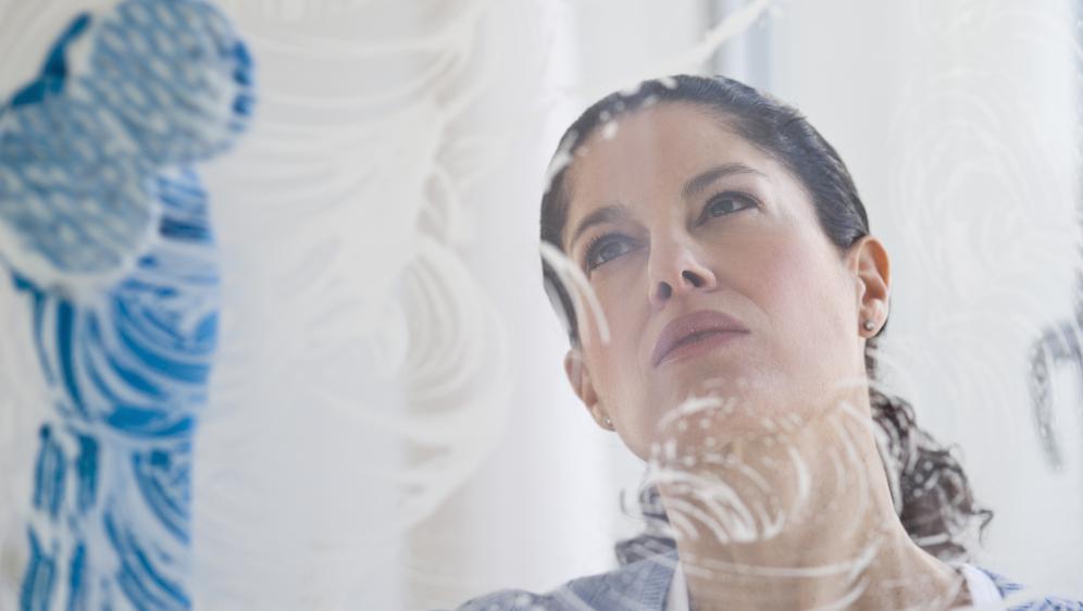 Les femmes consacrent deux fois et demi plus de temps aux tâches domestiques que les hommes, selon une étude du Crédoc datée de mars 2015.