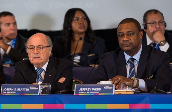 Le président de la Concacaf, Jeffrey Webb (à droite), à côté du président de la Fifa, Sepp Blatter (à gauche), le 16 avril 2015,aux Bahamas.