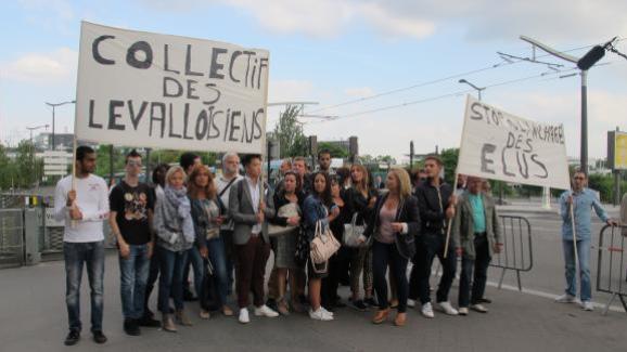 Des manifestants apportent leur soutien au député-maire de Levallois-Perret (Hauts-de-Seine) Patrick Balkany, mardi 9 juin 2015, devant le siège de France Télévisions, à Paris.