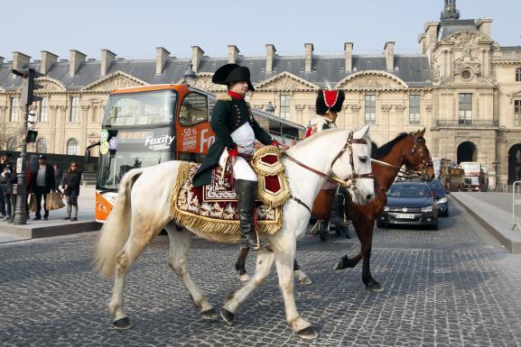 Frank Samson traverse la cour du Louvre à cheval, en costume de Napoléon, le 20 mars 2015, à Paris.