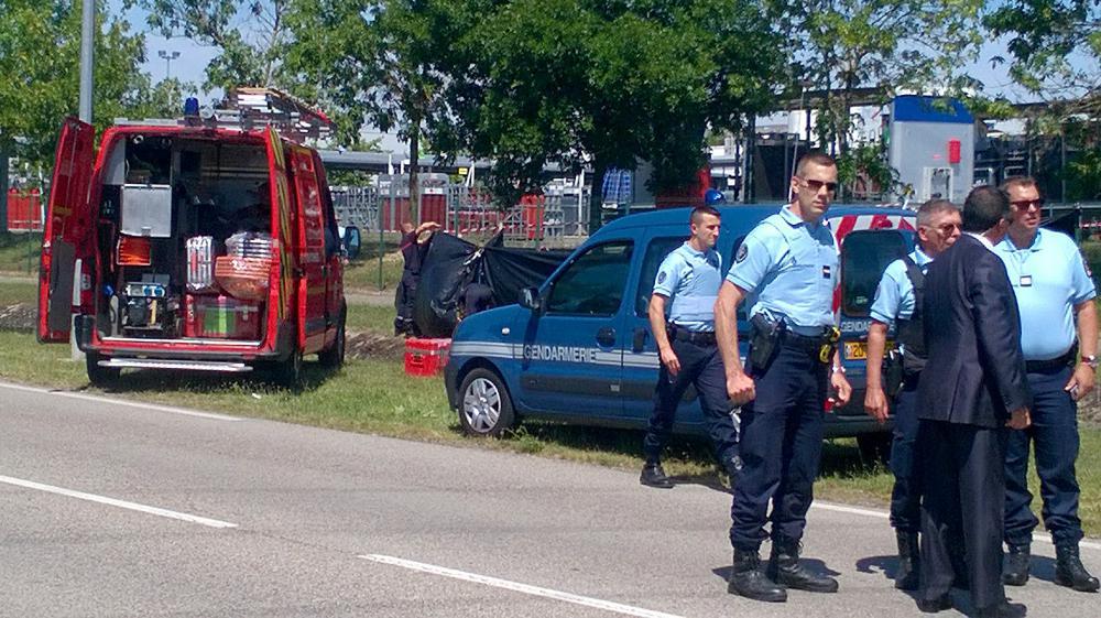 La police sécurise la zone où une tête a été trouvée après l'attaque de l'usine de gaz Air Products, à Saint-Quentin Fallavier (Isère), le 26 juin 2015.