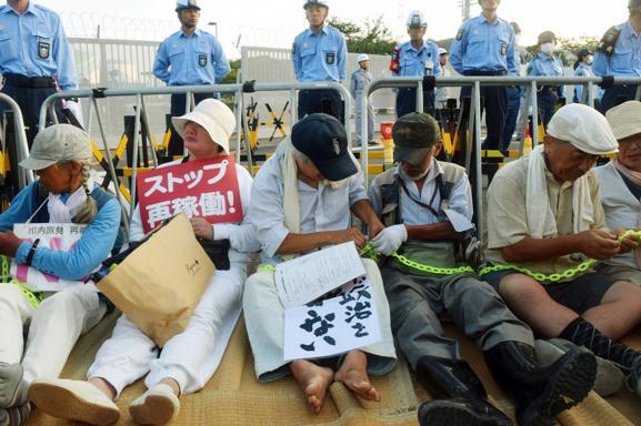 Des manifestants antinucléaires manifestent contre le redémarrage de la centrale de Sendai (Japon), le 11 août 2015.