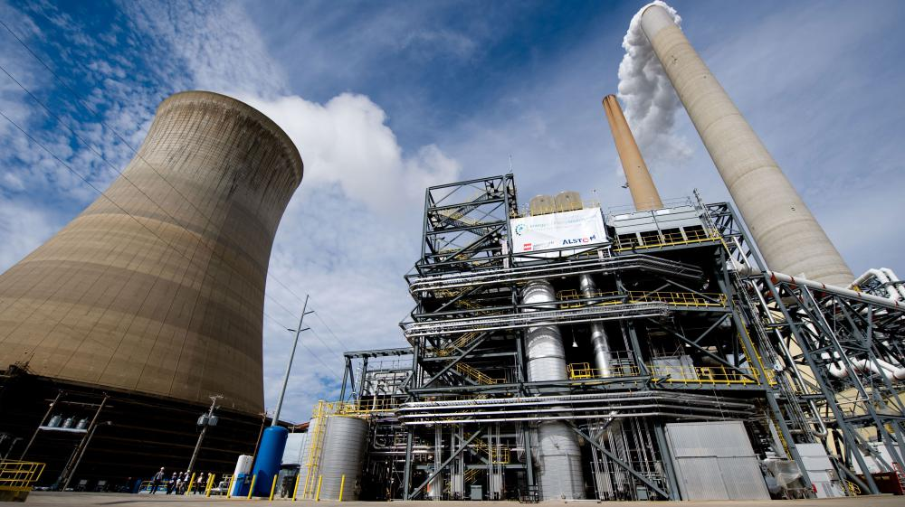 Une centrale à charbon, dotée d'un dispositif anti-CO2 (à droite), le 30 octobre 2009, à New Haven (Virginie occidentale, Etats-Unis).