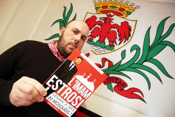 Le leader identitaire, Philippe Vardon, présente son pamphlet contre le maire de Nice, Christian Estrosi, le 12 mars 2014.