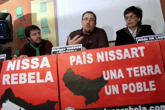 Philippe Vardon (au centre), candidat aux législatives de 2007 du groupe identitaire Nissa Rebela, tient une conférence de presse, le 27 janvier à Nice (Alpes-Maritimes).