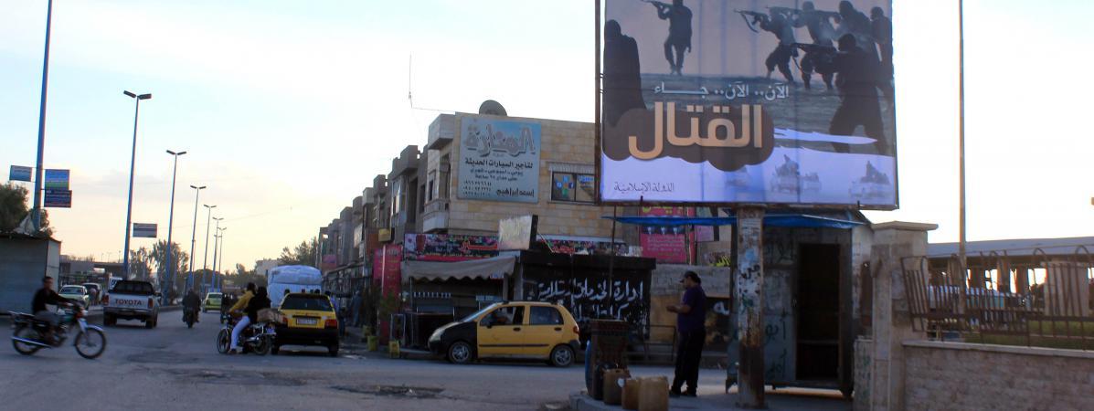 Un panneau de propagande pour l'Etat islamique, dans une rue de Raqqa, en Syrie, le 2 novembre 2014.