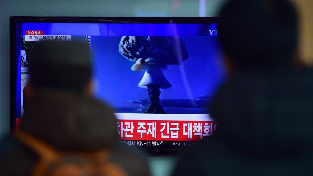 Des Sud-Coréens regardent des images de ce qui est présenté par Pyongyang comme sonpremier essai réussi de bombe à hydrogène, le 6 janvier 2016 à Séoul (Corée du Sud).