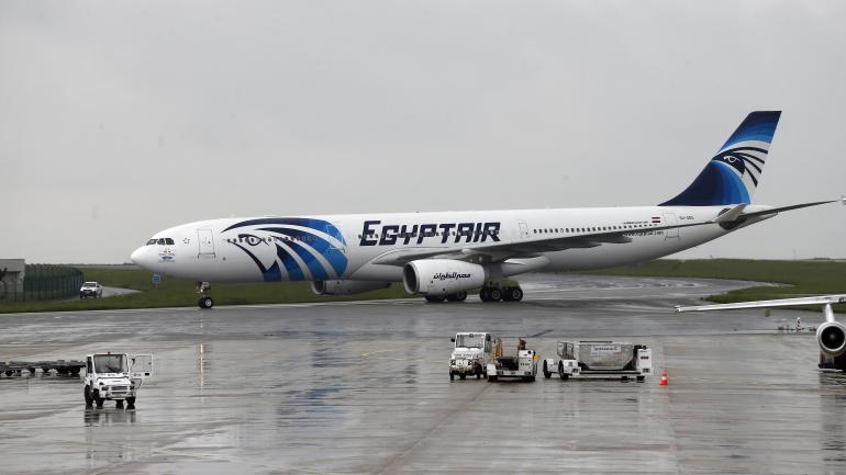 Un avion de la compagnie EgyptAir à l'aéroport de Roissy-Charles-de-Gaulle (Val-d'Oise), le 19 mai 2016.