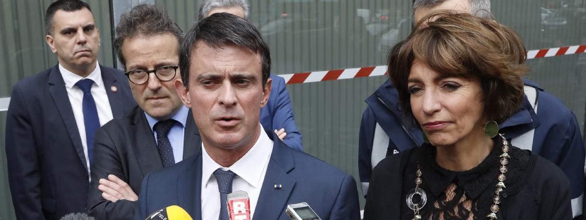 Manuel Valls, le Premier ministre, et Marisol Touraine, la ministre de la Santé, devant l'hôpital Necker, à Paris, le 15 juin 2016.