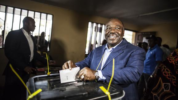 Ali Bongo dans un bureau de vote de Libreville, le jour de l'élection présidentielle au Gabon, le 27 août 2016.