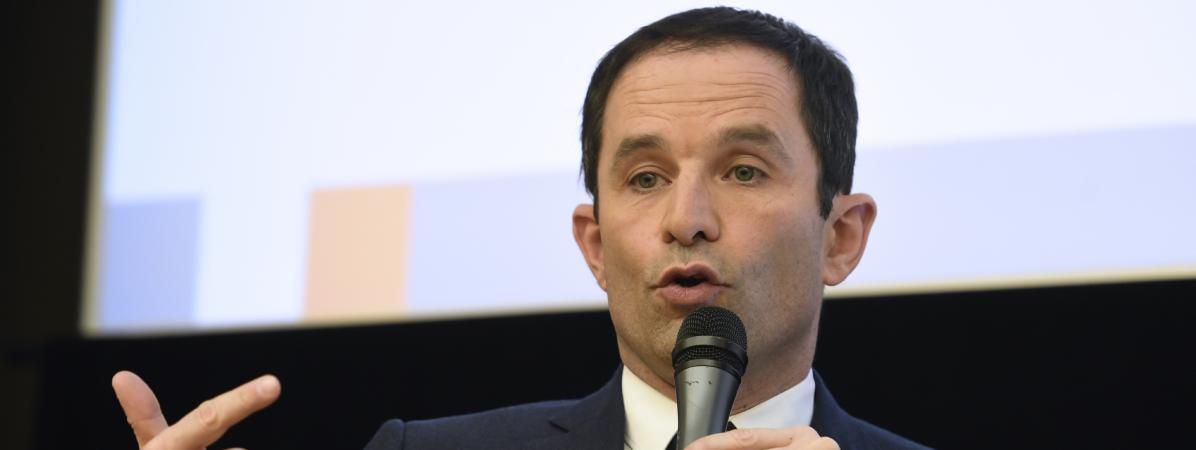 Benoît Hamon s\'exprime devant l\'Assemblée des départements français, à Paris, le 8 mars 2017.