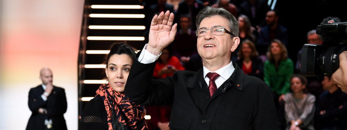 Sophia Chikirou, derrière Jean-Luc Mélenchon, lors du premier débat télévisé entre les candidats à l\'élection présidentielle,le 20 mars 2017 sur TF1.