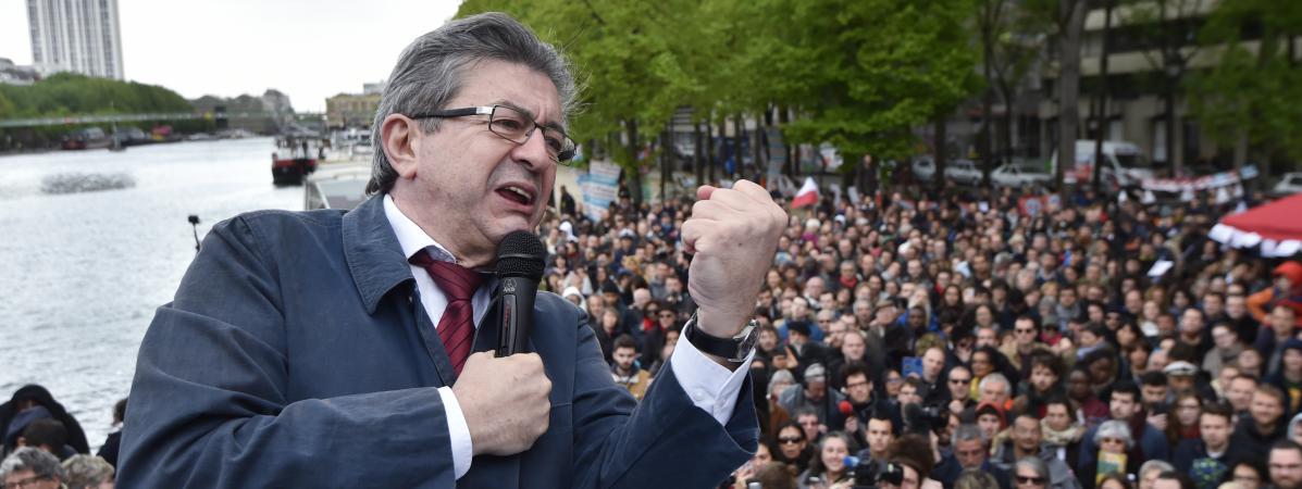 """Le candidat de la France insoumise, Jean-Luc Mélenchon, le 17 avril 2017 à bord de sa \""""péniche insoumise\"""", à Paris."""