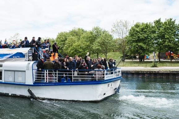 """La \""""péniche insoumise\"""", le 17 avril 2017 sur le canal de l\'Ourcq, à Bobigny (Seine-Saint-Denis)."""