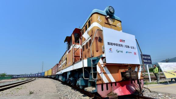 Le train de fret et ses conteneurs, lors de l\'arrivéeen gare de Yiwu (Chine), samedi 29 avril 2017, une ville de deux millions d\'habitants au sud de Shangaï.