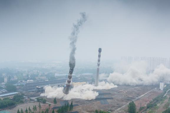 Des cheminées et une tour de refroidissement d\'une centrale thermique à charbon détruites par explosion, le 23 mai 2017 à Nankin (Chine).