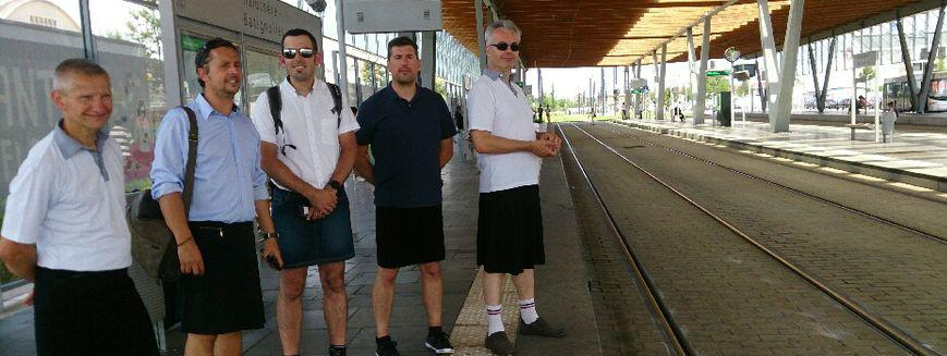 Les chauffeurs de la SEMITAN, sociétés de transports de l\'agglomération nantaise, ont enfilé des jupes, mercredi 21 juin pour réclamer le droit de porter des vêtements légers en période de canicule.
