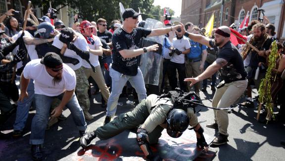 """Des échaufourées ont eu lieu entre des nationalistes et membres de la mouvance \""""alt-right\"""" et des contre-manifestants, samedi 12 août 2017 à Charlottesville (Etats-Unis)."""