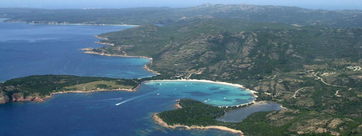 La baie de Rondianara, à Bonifacio, en Corse-du-Sud.