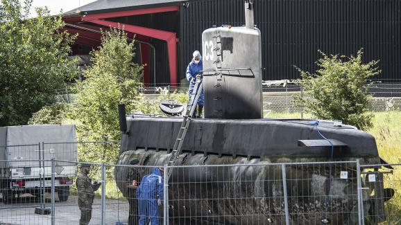 """La police examine le sous-marin """"Nautilus"""" après son naufrage, dans le port de Copenhague, au Danemark, le 14 août 2017."""