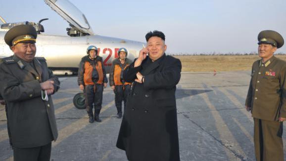 Kim Jong-un fume une cigarette en attendant un exercice militaire de l\'armée nord-coréenne.