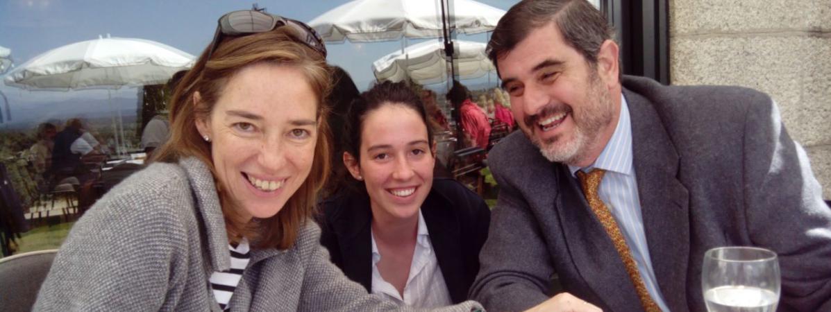 Ana, Pedro et leur fille Maria ont tous connu une expérience étudiante à Paris grâce à Erasmus.