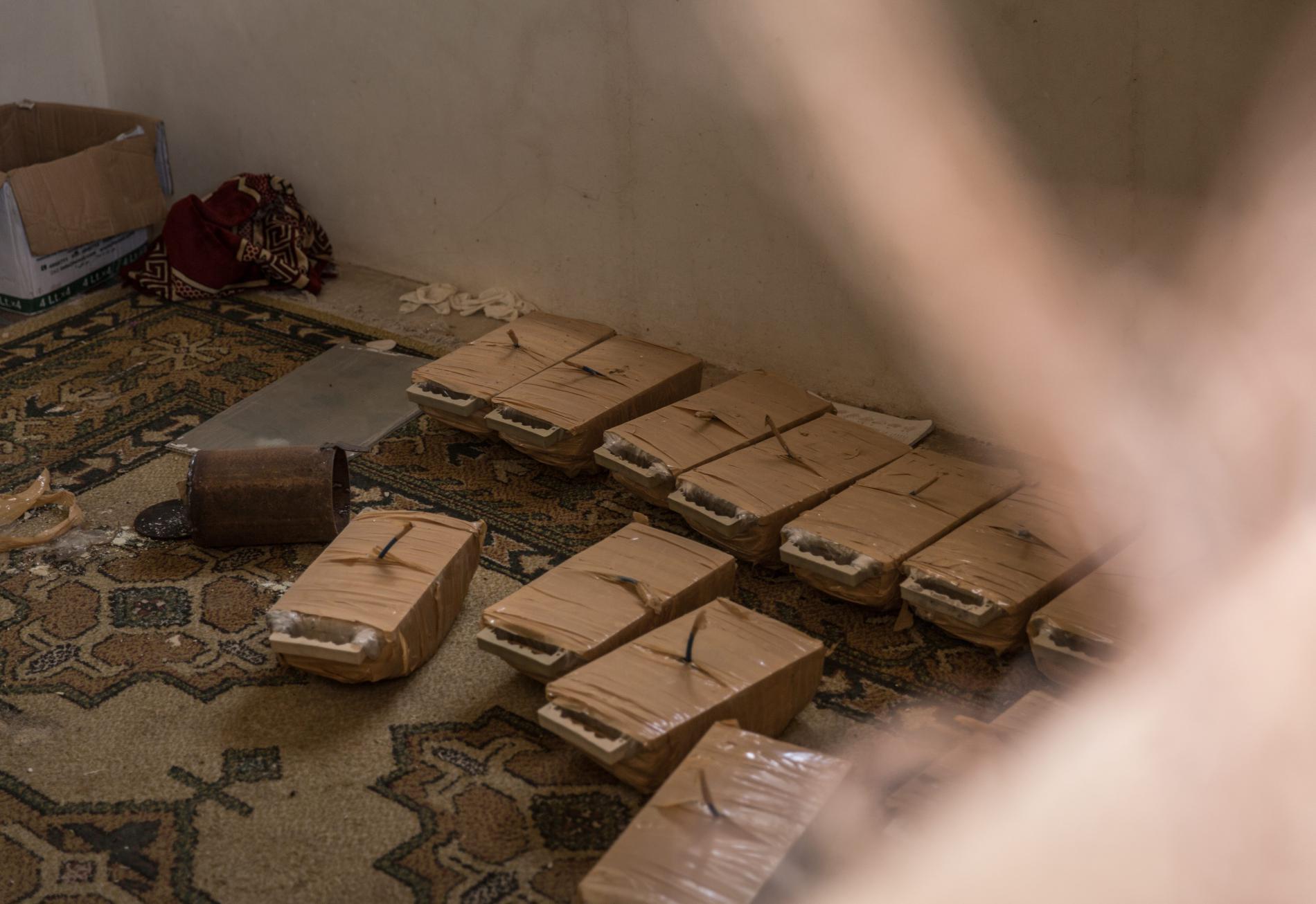 Des mines dans une maison abandonnée par le groupe Etat islamique, à Raqqa (Syrie), le 5 juillet 2017.
