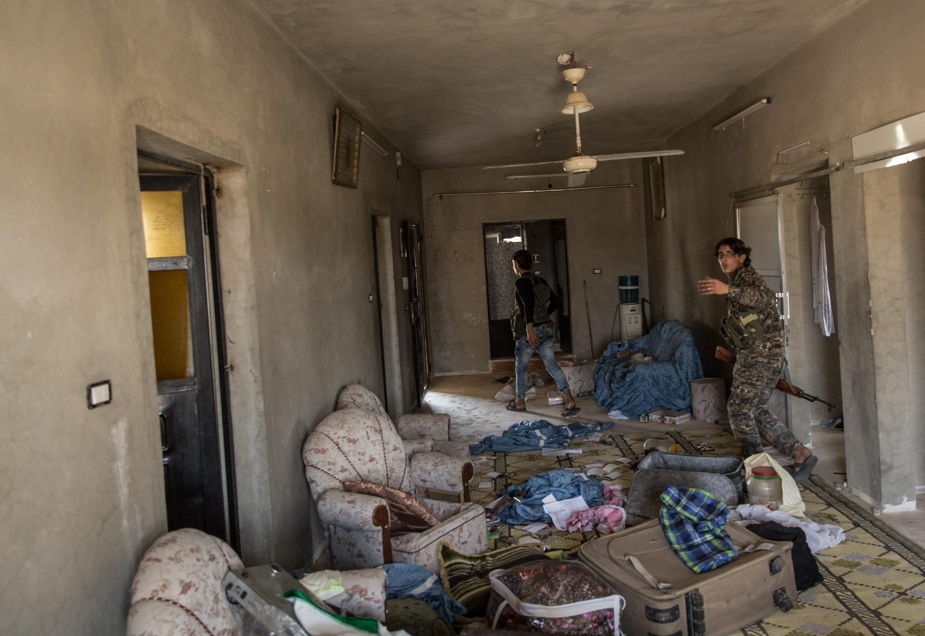 Des combattants arabes membres de la Brigade de la liberté font le tour d\'une maison abandonnée et potentiellement piégée, à Raqqa (Syrie), le 5 juillet 2017.