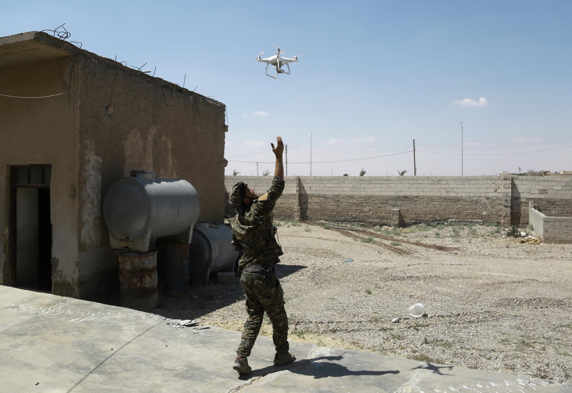 Un combattant kurde lance un drone de reconnaissance, à Raqqa (Syrie), le 18 juin 2017.