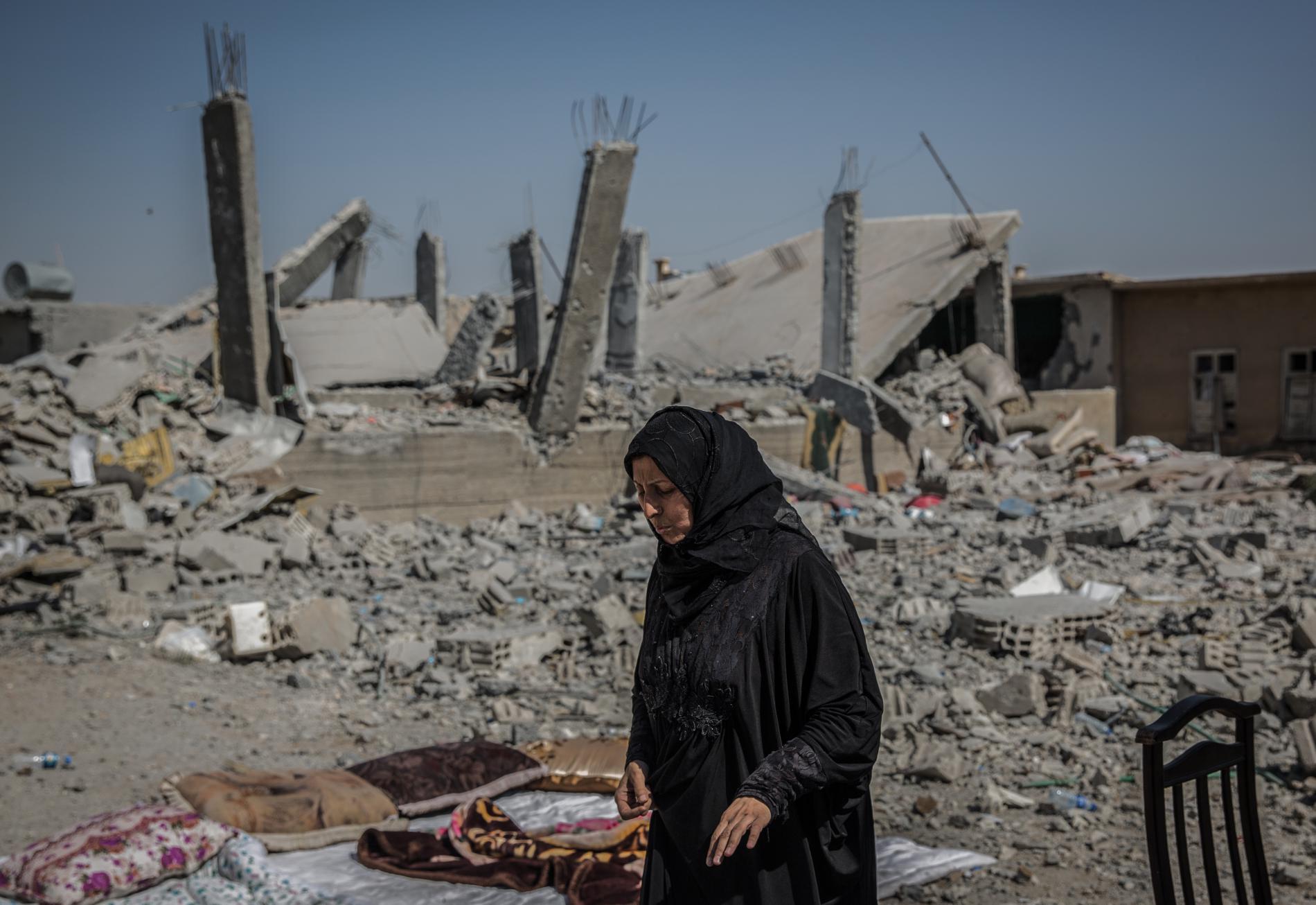 Une Syrienne dans les rues détruites de Raqqa (Syrie), le 5 juillet 2017.