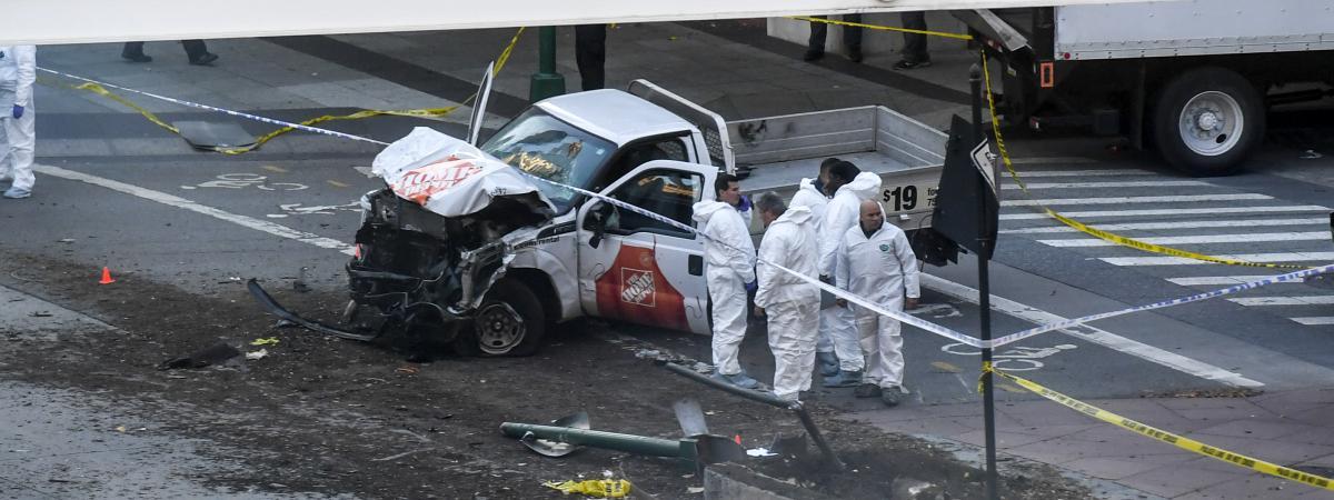 Les enquêteurs autour de la camionnette qui a fauché des passants dans les rues de New York (Etats-Unis), mardi 31 octobre.