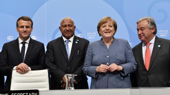 Le président français, Emmanuel Macron, le Premier ministre des îles Fidji et président de la COP23, Frank Bainimarama, la chancelière allemande, Angela Merkel, et le secrétaire général de l\'ONU, Antonio Guterres, mercredi 15 novembre, à Bonn (Allemagne).