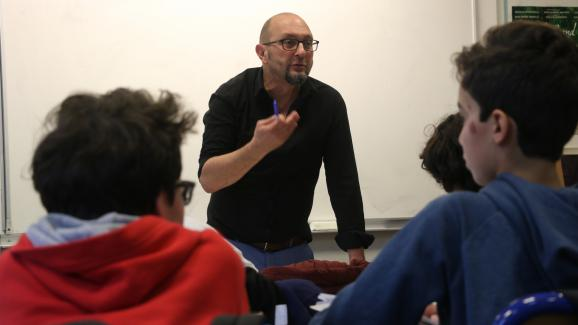 Jean-Michel Taliercio discute avec des élèves de cinquième au collège Henri Matisse, à Paris, lors d'un atelier de lutte contre le sexisme, le 5 décembre 2017.